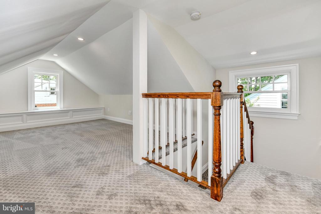 Third level living space - bright and roomy - 4401 GARRISON ST NW, WASHINGTON