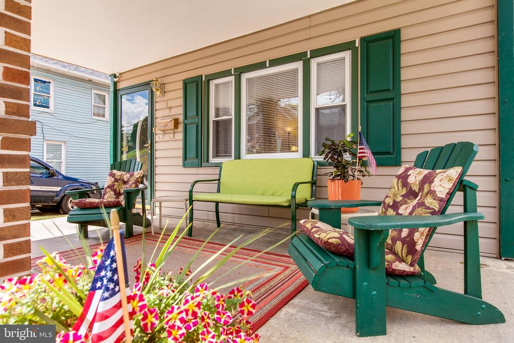 Large Front Porch to Relax - 19 PETERSVILLE RD, BRUNSWICK