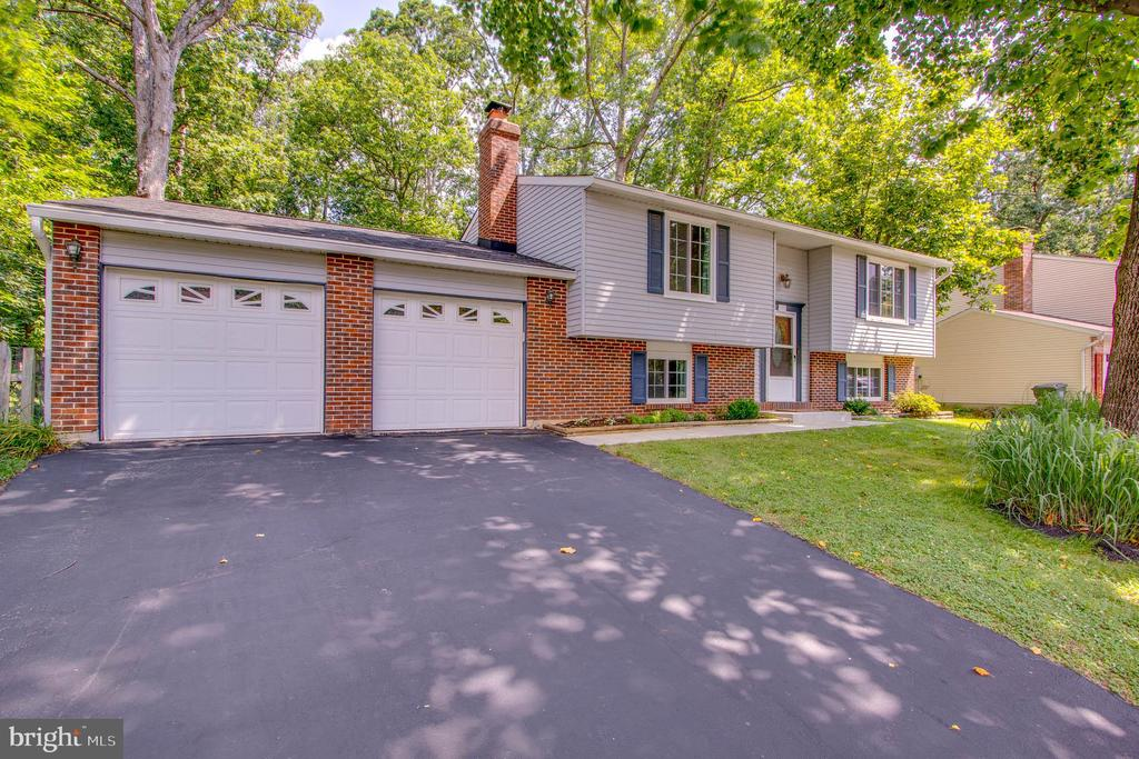 Oversized two car garage with storage and workshop - 103 APPLEGATE DR, STERLING