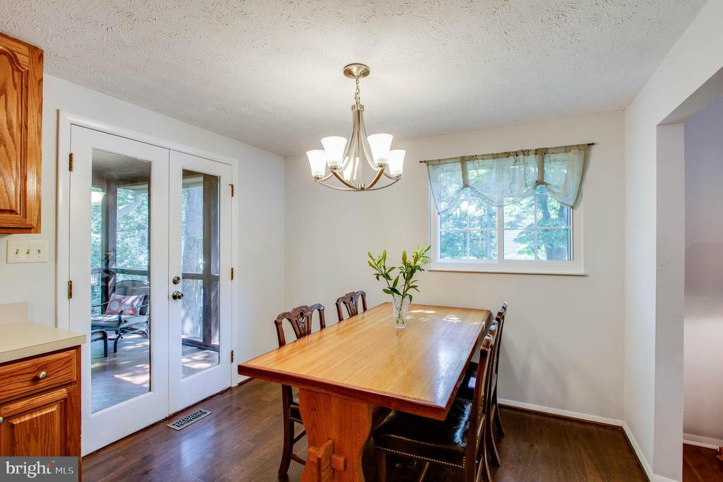 Dining area that leads to the covered deck. - 103 APPLEGATE DR, STERLING