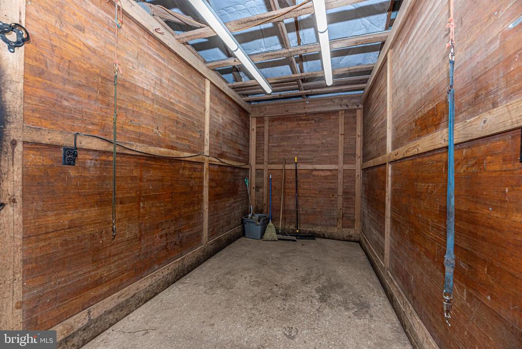 upper barn grooming area - 11437 BETHESDA CHURCH RD, DAMASCUS