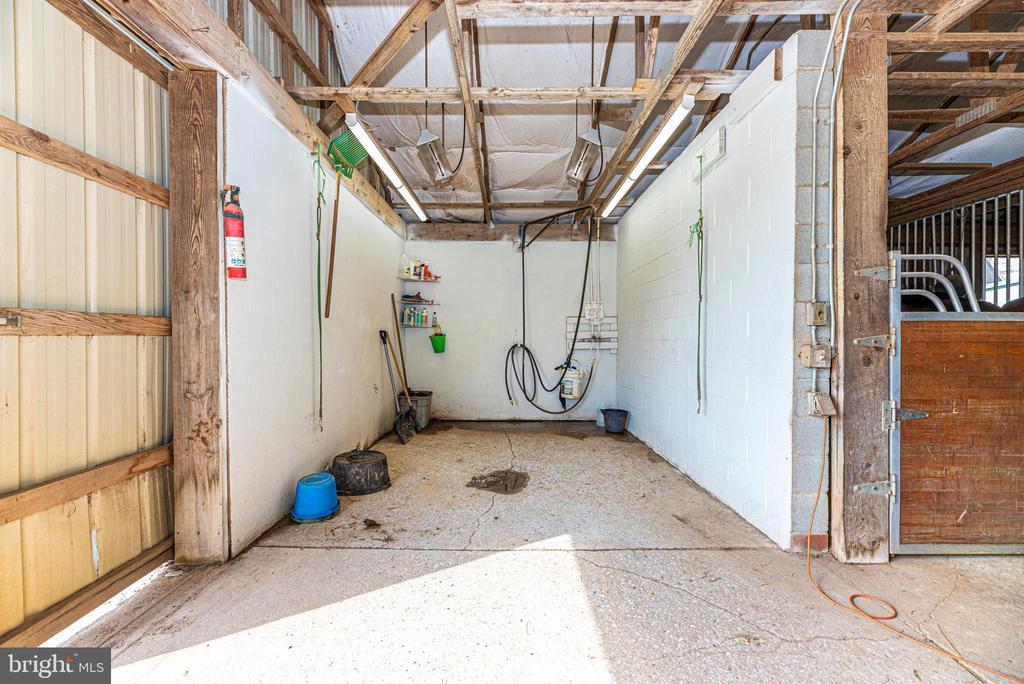 upper barn wash stall - 11437 BETHESDA CHURCH RD, DAMASCUS
