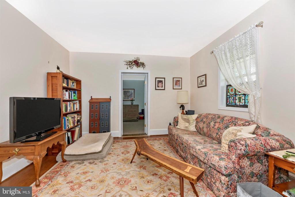 guest house living room - 11437 BETHESDA CHURCH RD, DAMASCUS