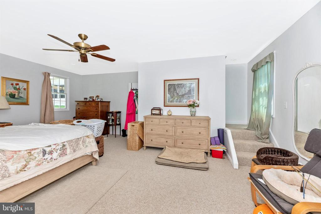guest house main level bedroom or family room - 11437 BETHESDA CHURCH RD, DAMASCUS