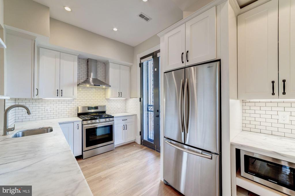 Fully renovated kitchen - 704 G ST NE, WASHINGTON