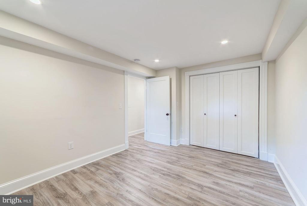 Recessed lighting and updated flooring - 704 G ST NE, WASHINGTON