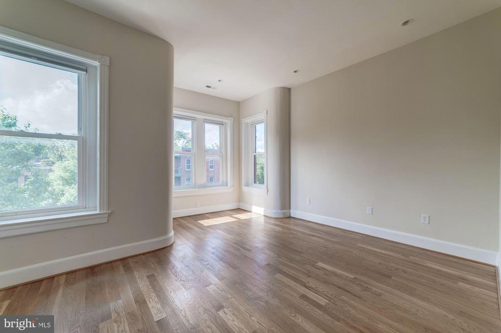 Owner's bedroom with bay window and 10ft ceilings - 704 G ST NE, WASHINGTON
