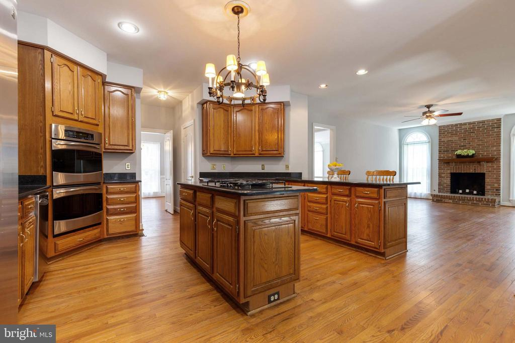 Kitchen off Family Room w/fireplace - 9510 CLAYCHIN CT, BURKE