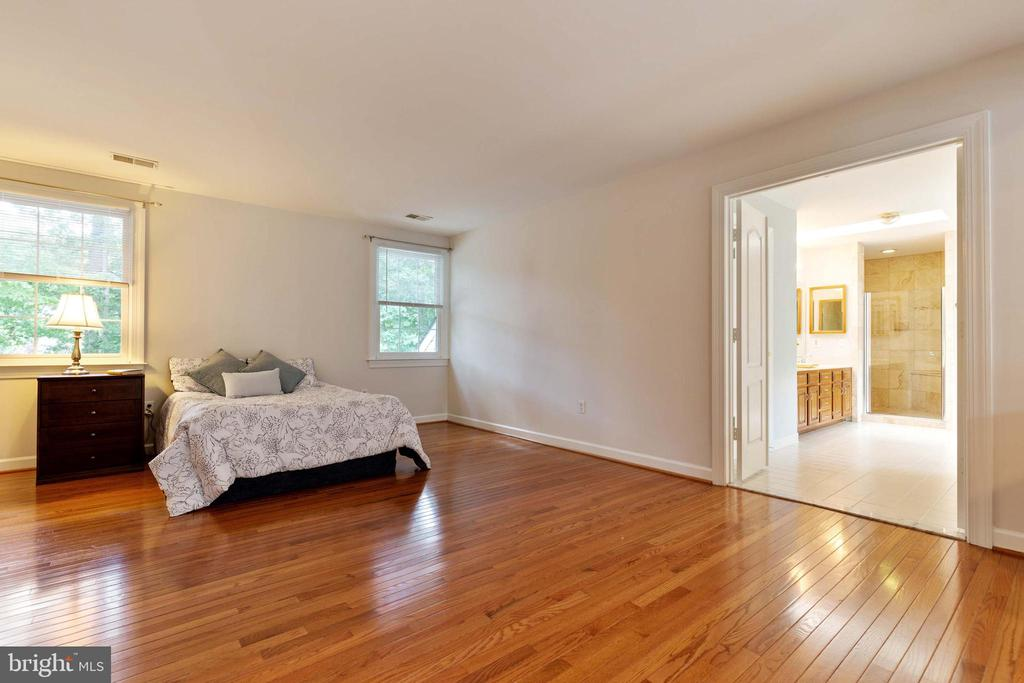 Master Bedroom w/Sitting Room - 9510 CLAYCHIN CT, BURKE