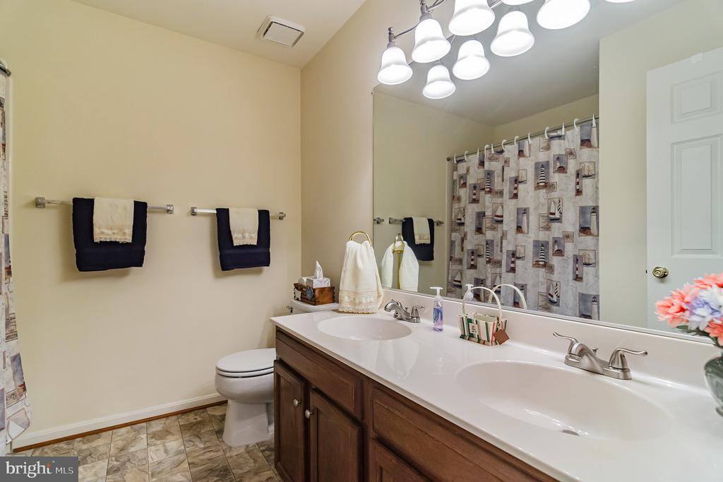 Dual vanity in upper level bath - 36 WESTHAMPTON CT, STAFFORD