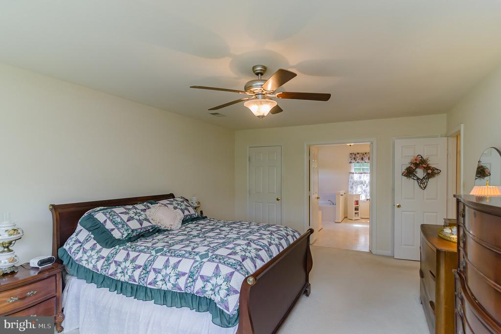 Spacious master bedroom - 36 WESTHAMPTON CT, STAFFORD