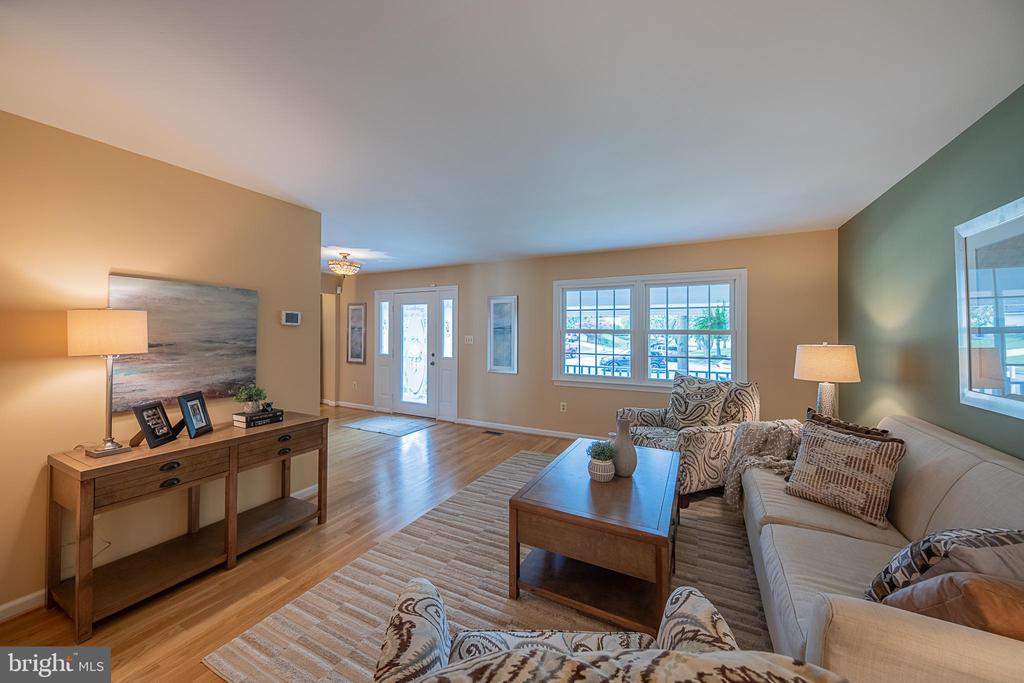 Wider view to front foyer - 505 WOODSHIRE LN, HERNDON