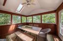 Tree house views create a calming retreat - 505 WOODSHIRE LN, HERNDON