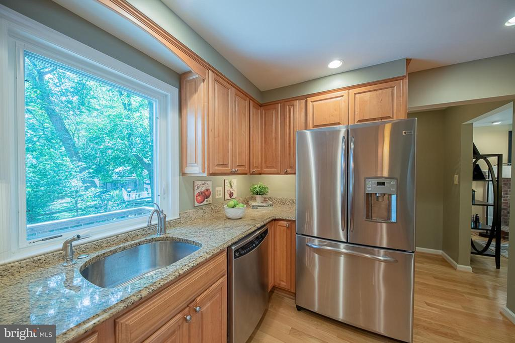 Did you notice the under cabinet lighting? - 505 WOODSHIRE LN, HERNDON