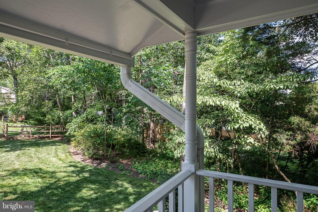 Enjoy the front porch view - 505 WOODSHIRE LN, HERNDON