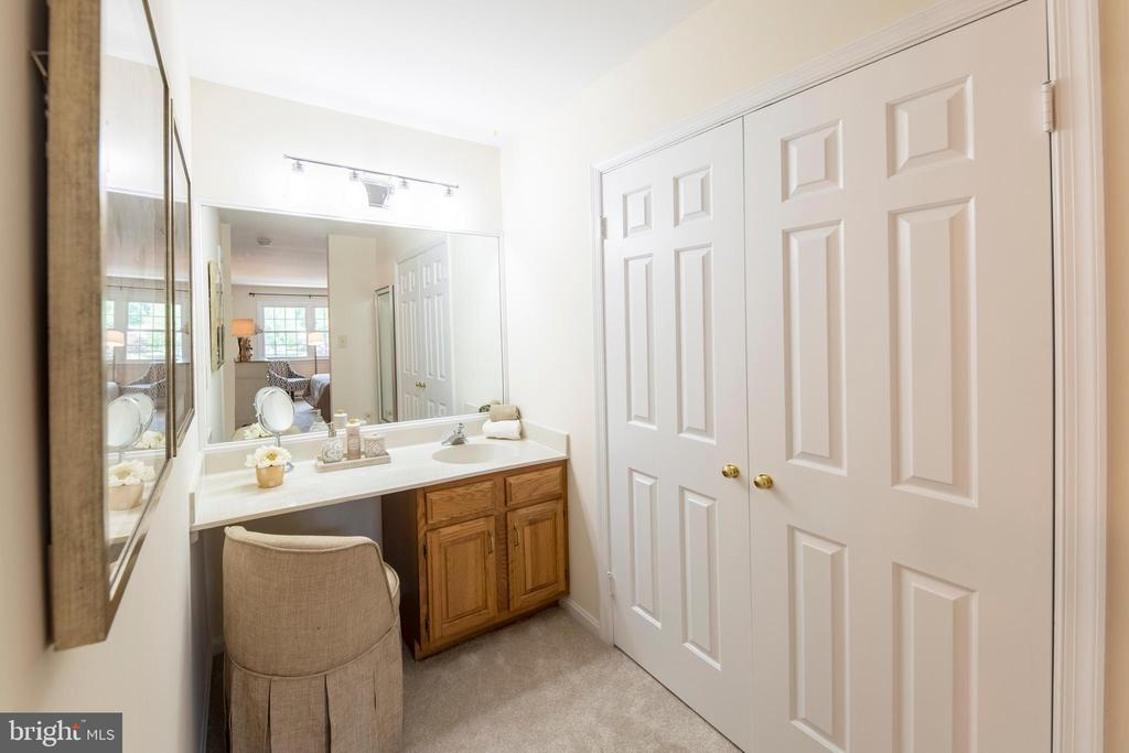 Owners' suite bath vanity #2 + dressing table - 505 WOODSHIRE LN, HERNDON