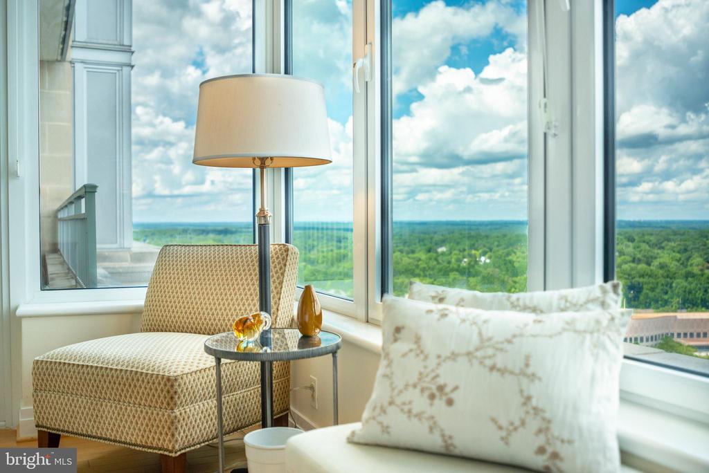Sitting Area Master Bedroom - 8220 CRESTWOOD HEIGHTS DR #1814, MCLEAN