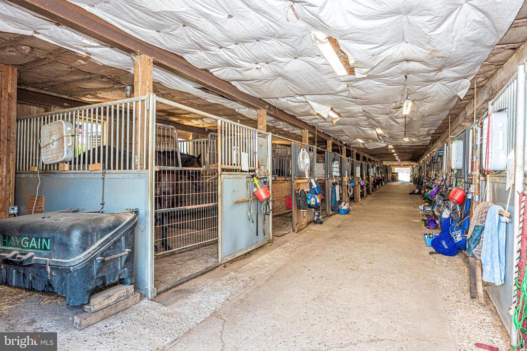 lower barn center aisle - 11437 BETHESDA CHURCH RD, DAMASCUS