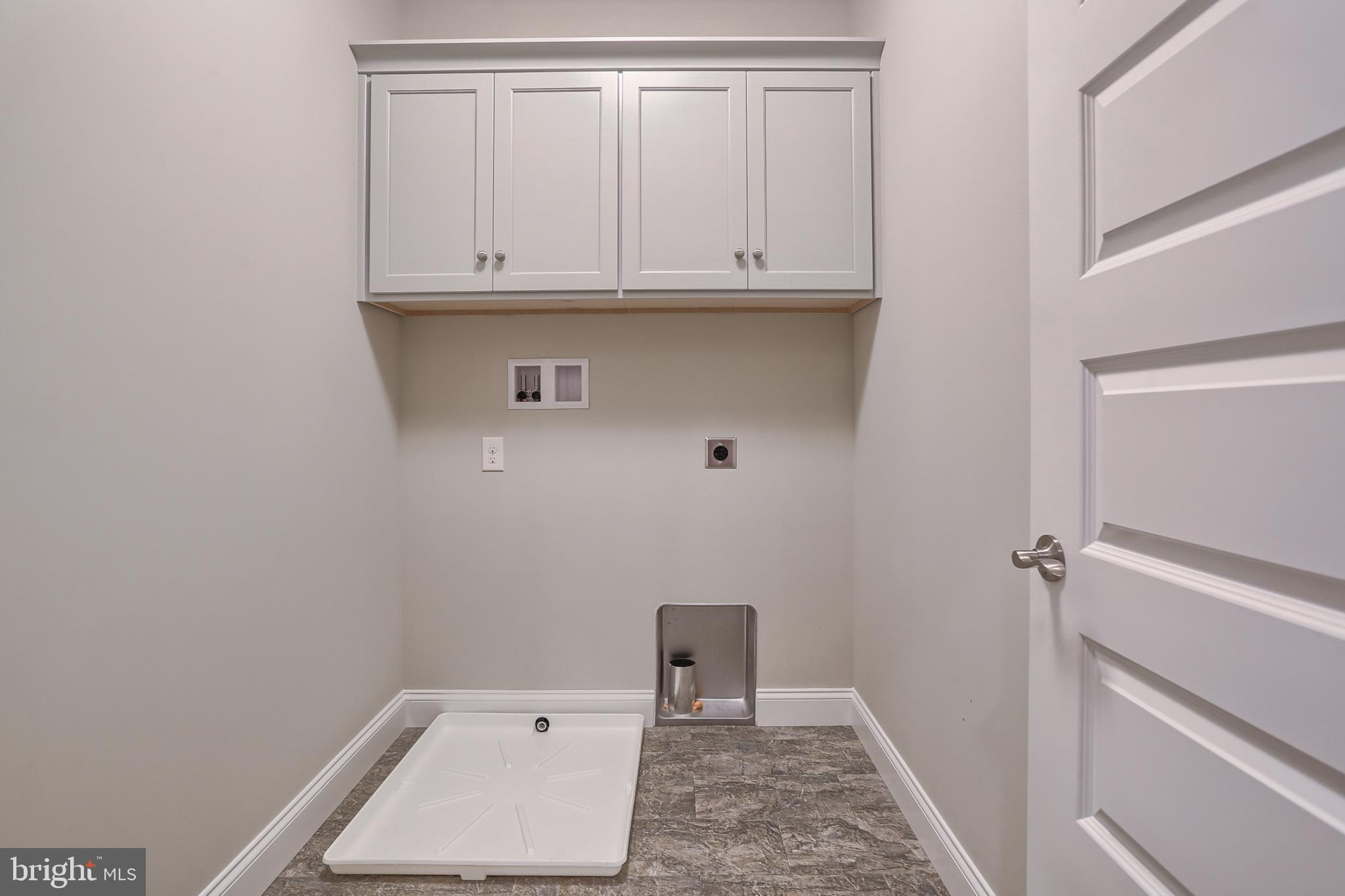 Laundry room w/cabinets