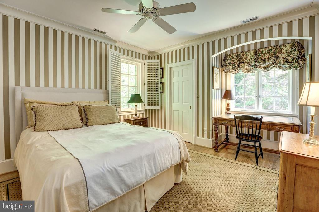 Bedroom with arched window design - 10 STANMORE CT, POTOMAC
