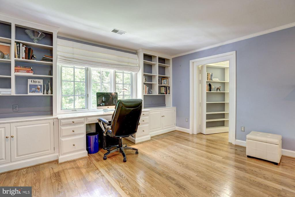 Bedroom # 4 with Built-in Desk and book shelves - 10 STANMORE CT, POTOMAC