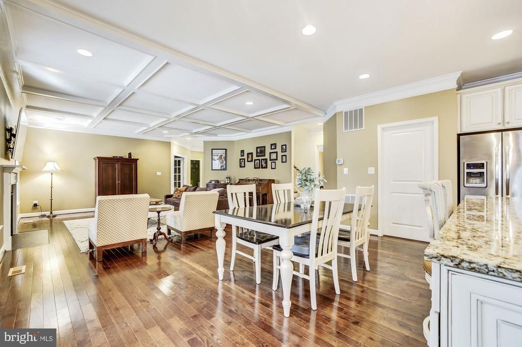 Open concept welcomes entertaining! - 3805 COLONIAL AVE, ALEXANDRIA