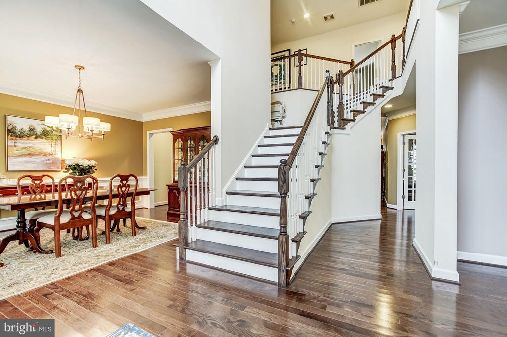2 story foyer entry with dual staircase - 3805 COLONIAL AVE, ALEXANDRIA