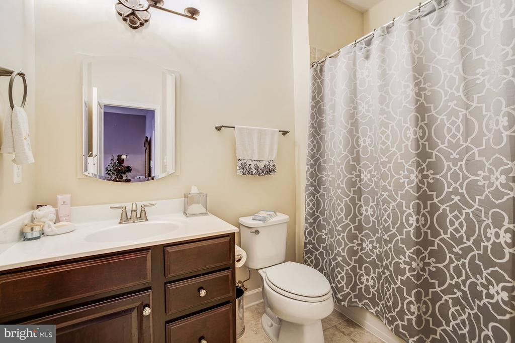 En suite bath in bedroom #2 - 3805 COLONIAL AVE, ALEXANDRIA