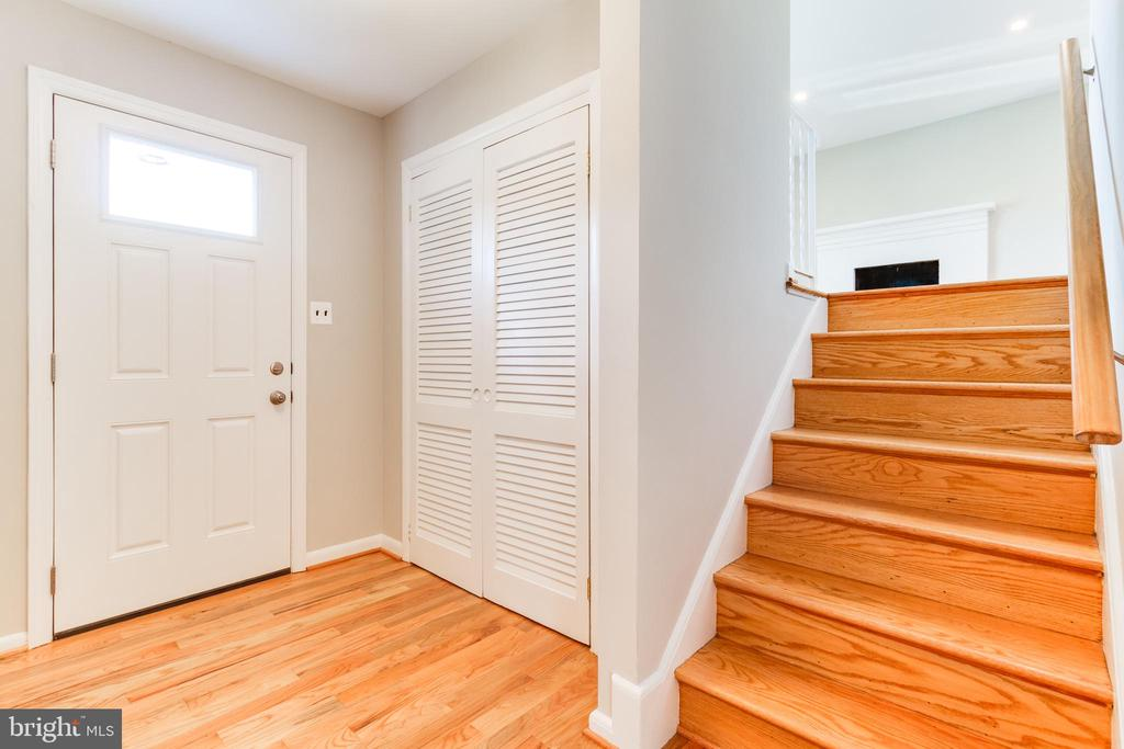 Foyer and stairway to living room - 900 S WAKEFIELD ST, ARLINGTON