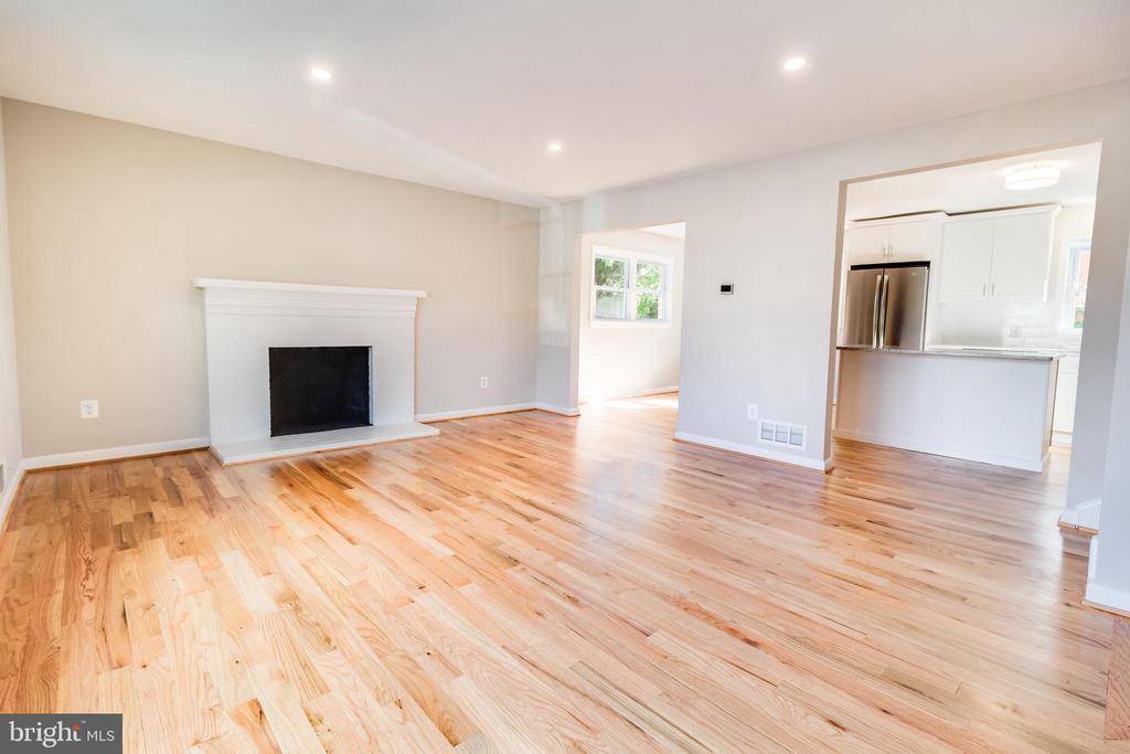 Living room, pic 2 - 900 S WAKEFIELD ST, ARLINGTON