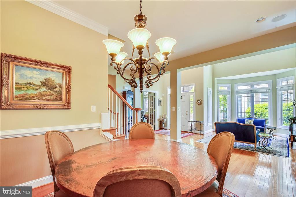Formal dining room; chair rail, crown molding - 18356 FAIRWAY OAKS SQ, LEESBURG