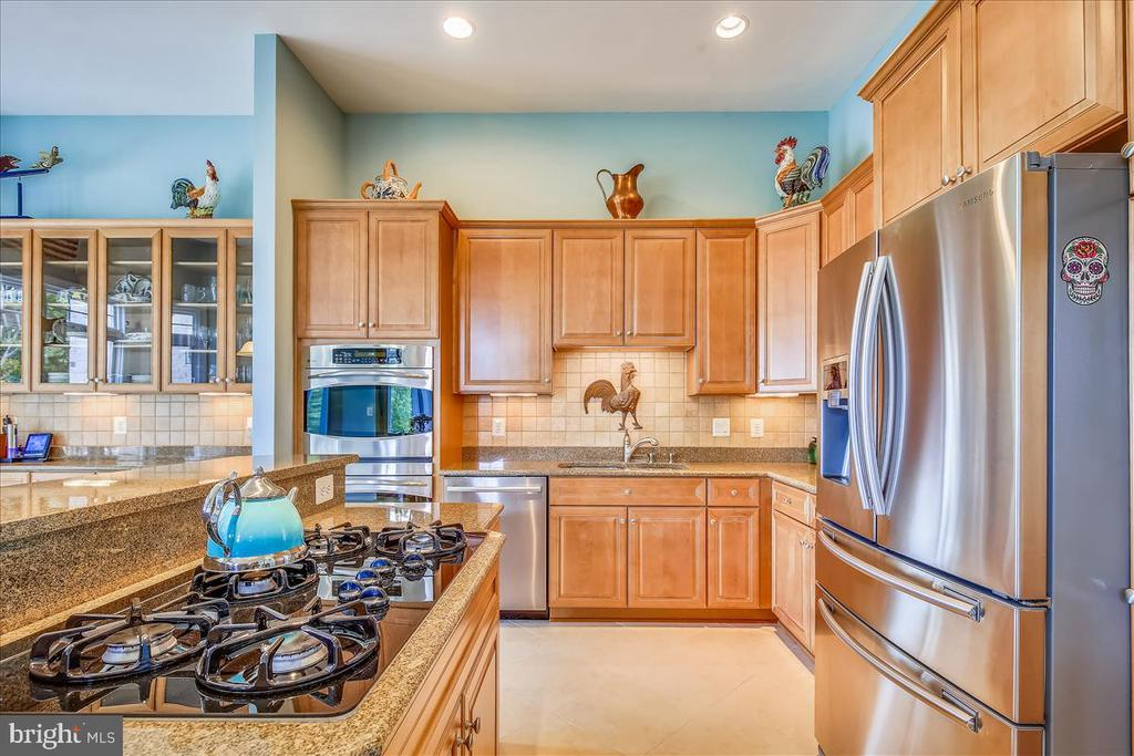 Chef's dream: 5 burner gas cooktop,  dble ovens - 18356 FAIRWAY OAKS SQ, LEESBURG