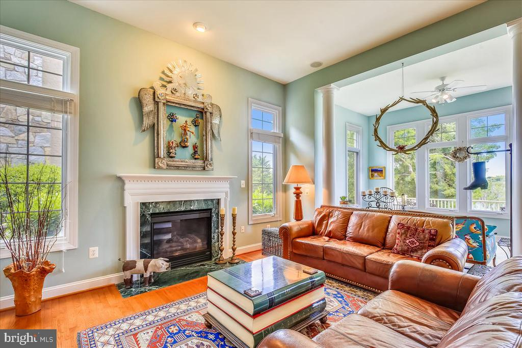 Family room with gas fireplace and open to sunroom - 18356 FAIRWAY OAKS SQ, LEESBURG