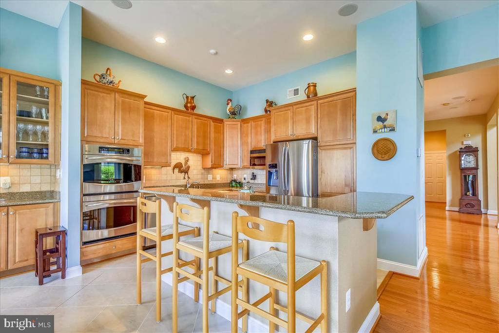 Gourmet kitchen with center island - 18356 FAIRWAY OAKS SQ, LEESBURG