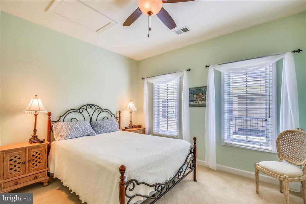 Sunlit bedroom 3 with ceiling fan - 18356 FAIRWAY OAKS SQ, LEESBURG