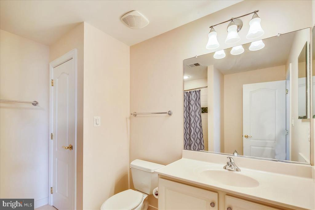 4th level full bathroom - 18356 FAIRWAY OAKS SQ, LEESBURG