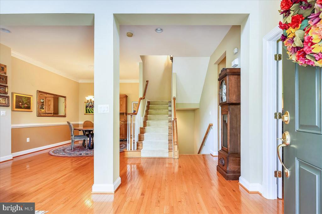 Gleaming hardwoods greet you as you enter home - 18356 FAIRWAY OAKS SQ, LEESBURG