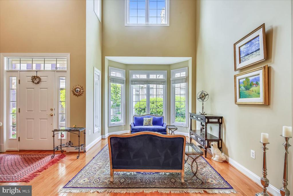 2 story foyer and living room; bay window - 18356 FAIRWAY OAKS SQ, LEESBURG