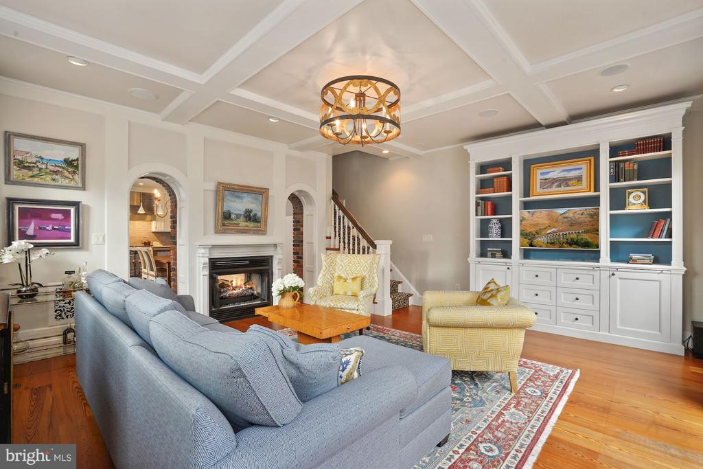 Living room w/ built-ins and double archways - 510 HAMMONDS CT, ALEXANDRIA