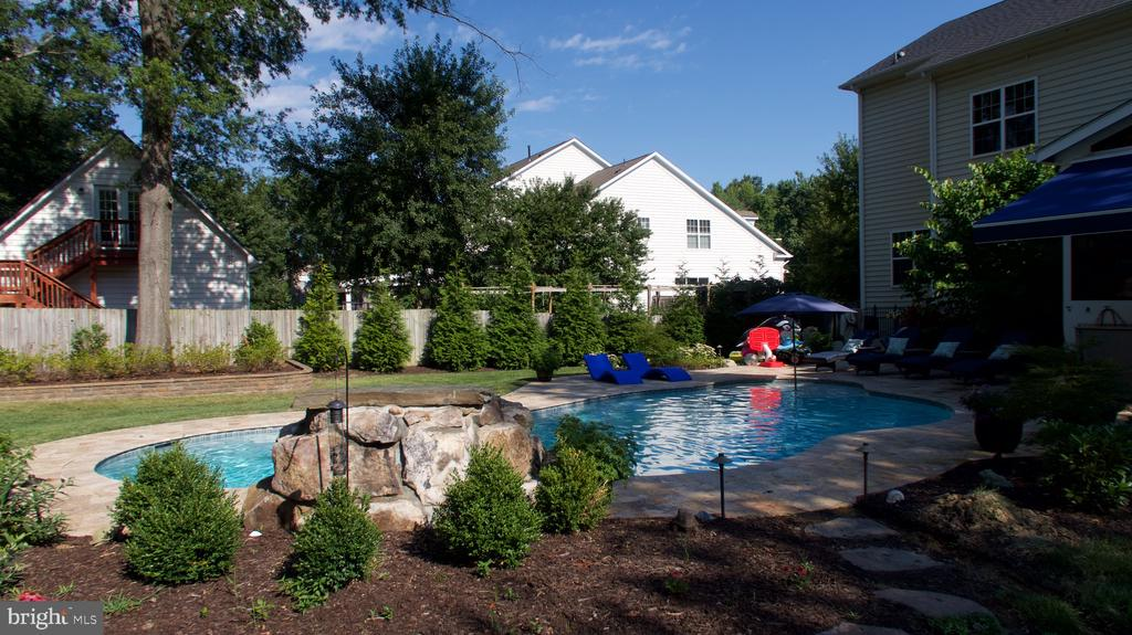 New heated salt water pool with waterfall - 3805 COLONIAL AVE, ALEXANDRIA