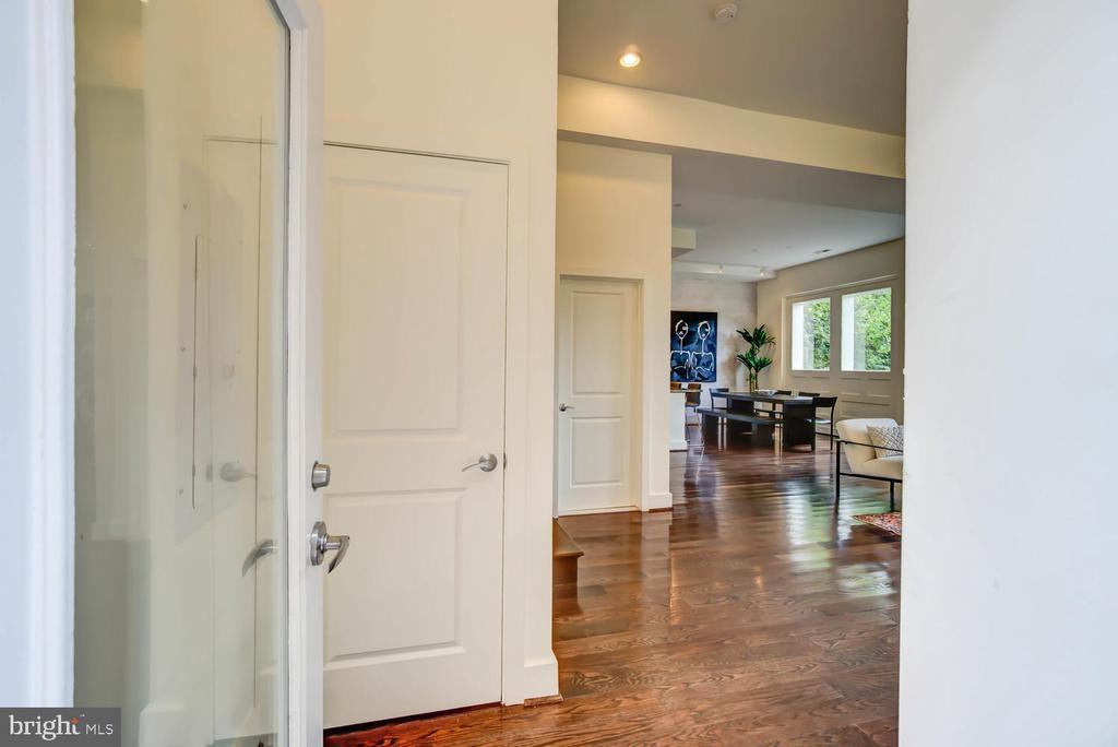 Entrance  - Foyer with coat closet - 1341 MARYLAND AVE NE #103, WASHINGTON
