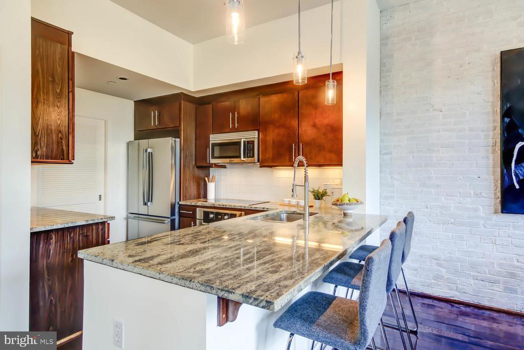 Chef's kitchen with breakfast bar - 1341 MARYLAND AVE NE #103, WASHINGTON
