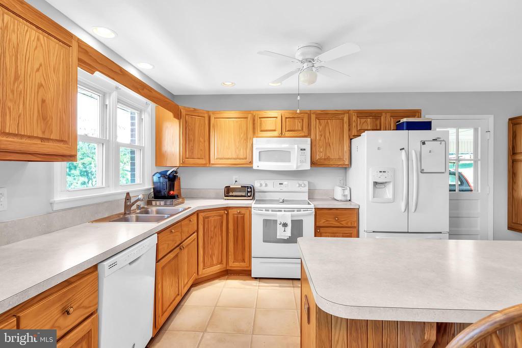 23874 Aldie Dam - Eat-In Kitchen w/ Island - 23880 ALDIE DAM RD, ALDIE