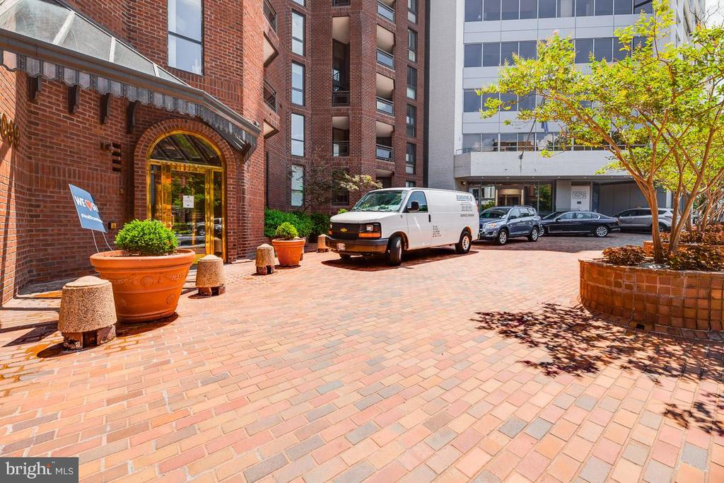 Turnabout in front of building - 1099 22ND ST NW #304, WASHINGTON