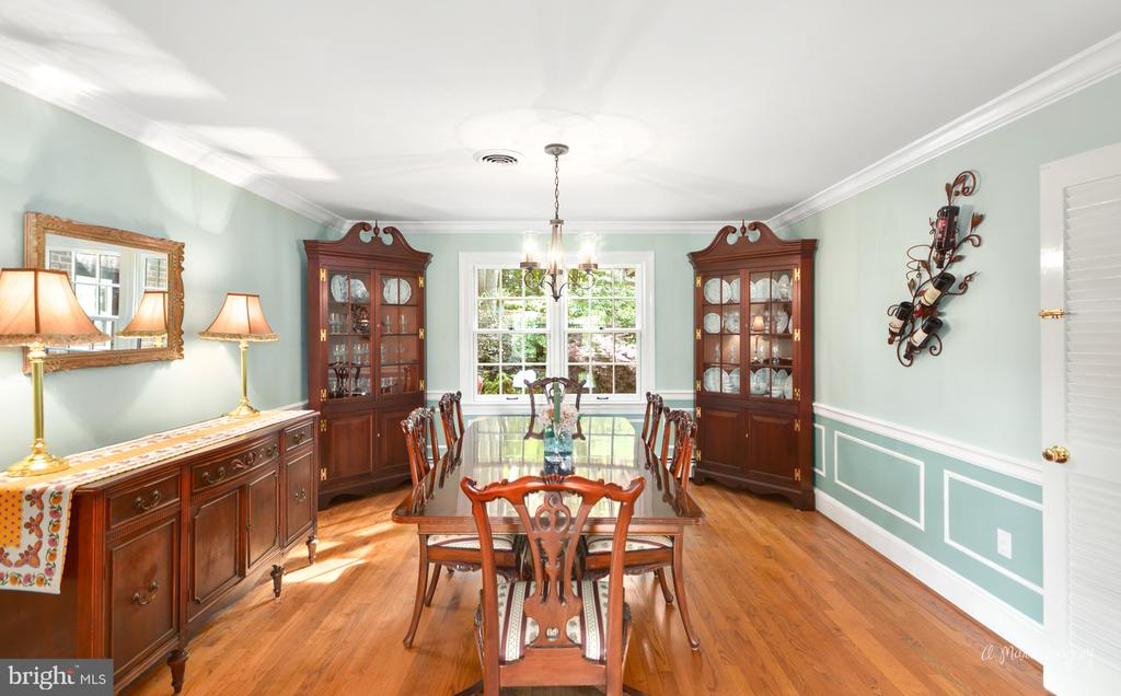 Formal dining room with crown molding & chair rail - 10095 DUDLEY DR, IJAMSVILLE