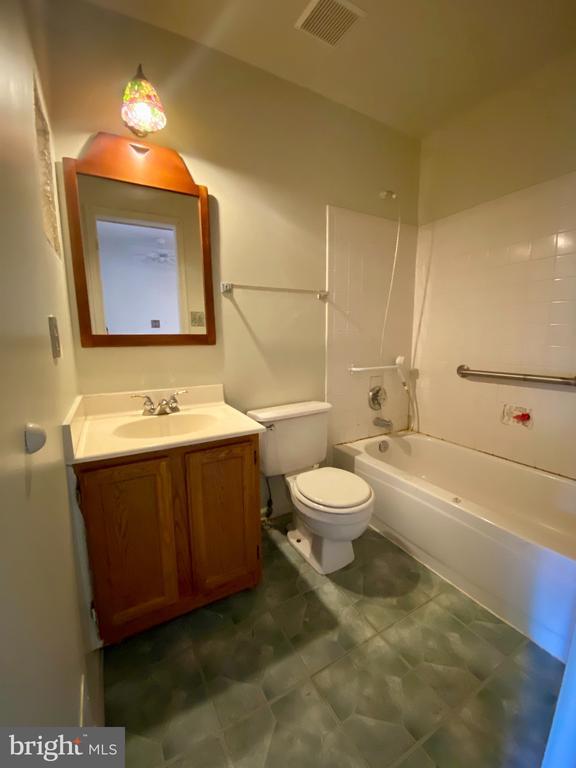 Upper Level Full Bath - 209 ASTON CT, STAFFORD