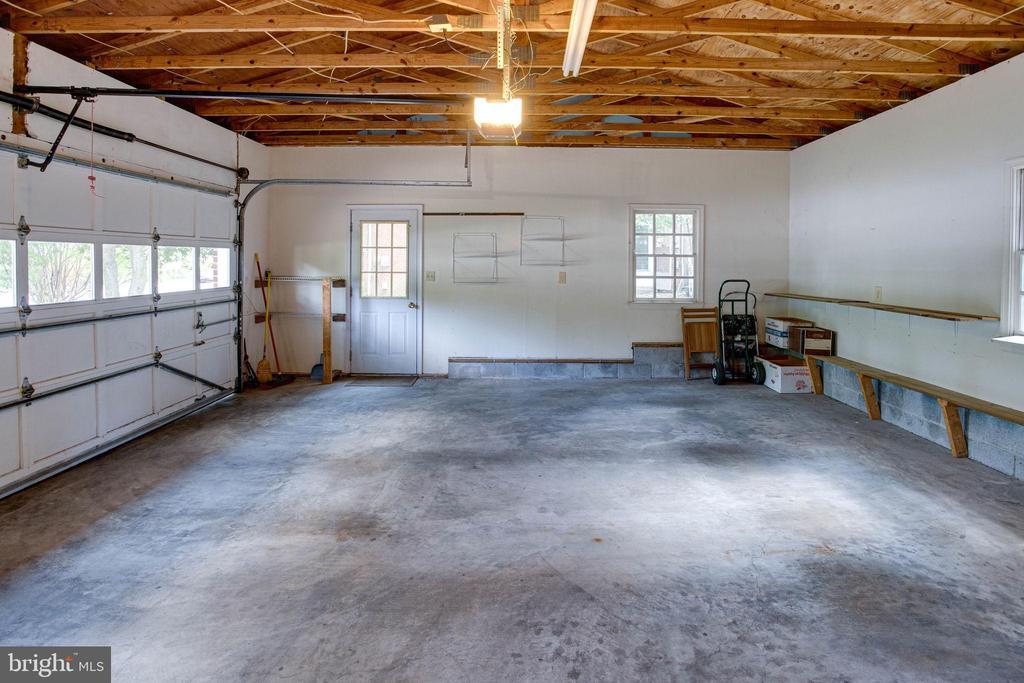 Rare, oversized 2+ car garage - 6100 THOMAS DR, SPRINGFIELD