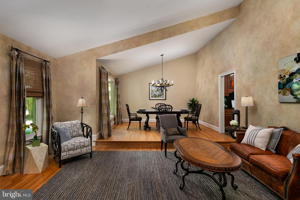 Grand-size Living Room with Vaulted Ceiling - 10616 CANTERBERRY RD, FAIRFAX STATION