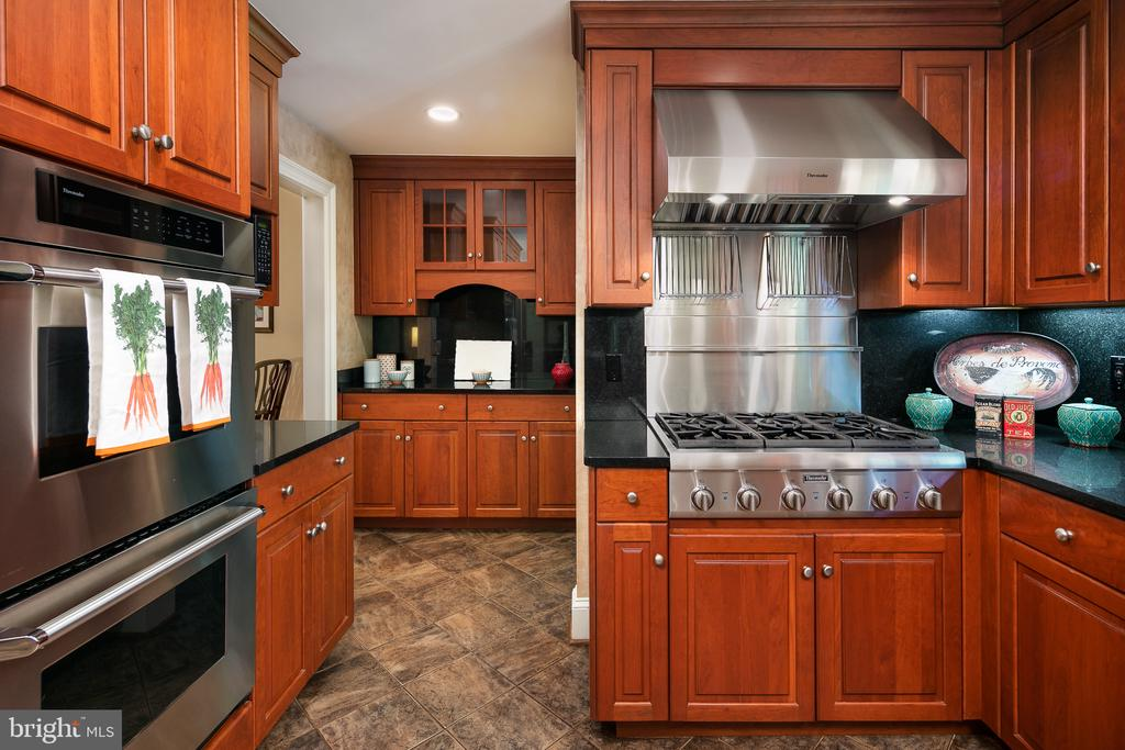 Gourmet Kitchen & Butler's Pantry off Dining Room - 10616 CANTERBERRY RD, FAIRFAX STATION