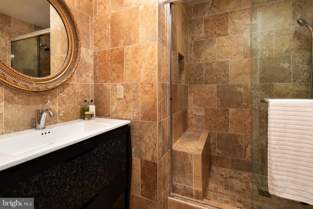 Updated Full Bath - 10616 CANTERBERRY RD, FAIRFAX STATION